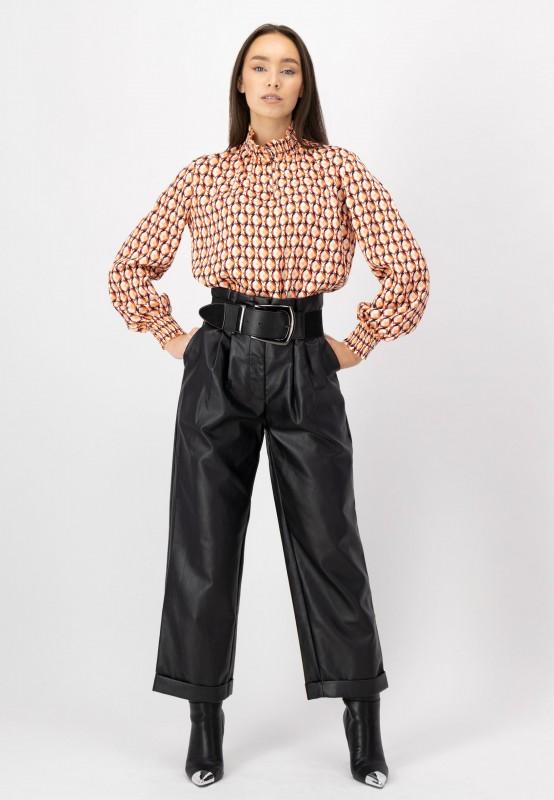 Bluse mit gerafften Kragen und grafischem Print von LOUIS and MIa