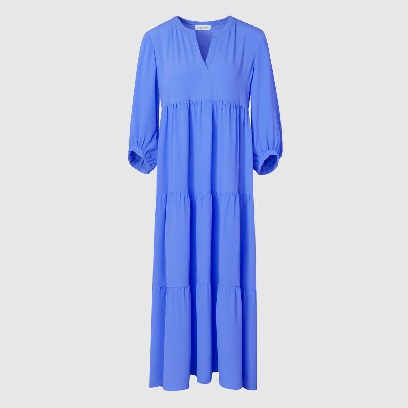 Langes Sommerkleid in Blau mit V-Ausschnitt von LOUIS and MIA