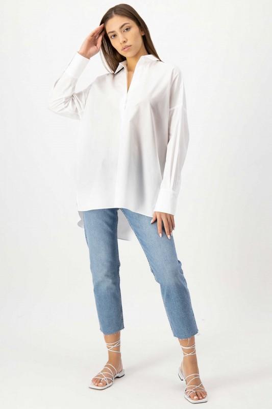 Vorderseite Bluse in Weiß mit V-Ausschnitt und Oversize Cut von LOUIS and MIA