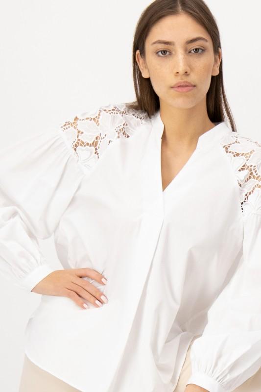 Weiße Bluse mit floraler Lochstickerei von LOUIS and MIA