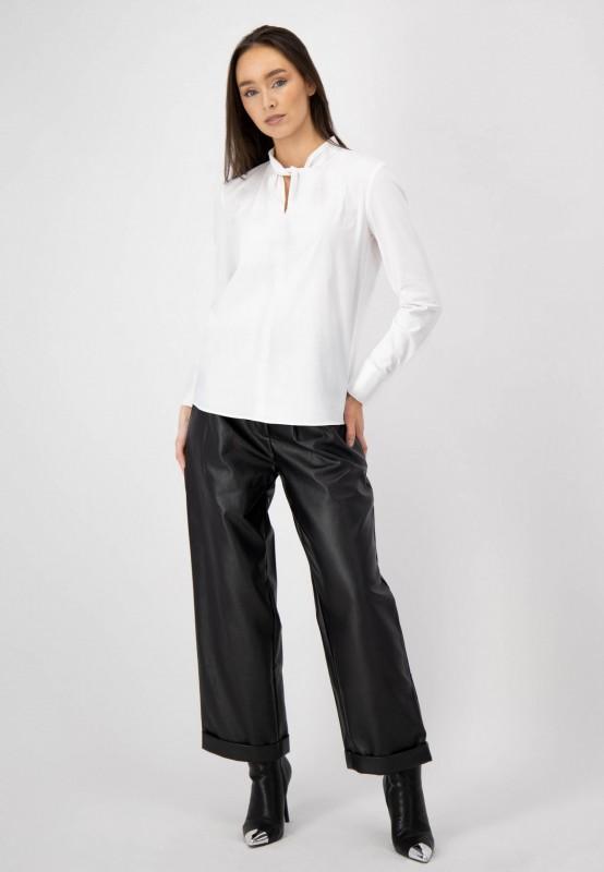 Weiße Bluse mit geschlitztem Ausschnitt und hochwertigem Materialmix von LOUIS and MIA